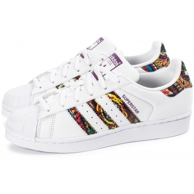paire de chaussures adidas